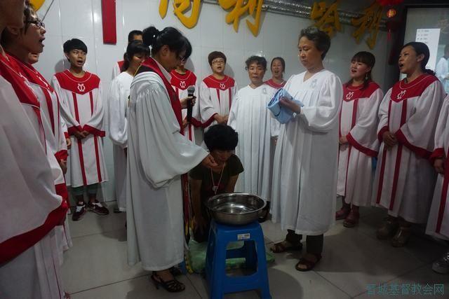 一起祷告,一起分享受洗经文,在诗班献诗《洗罪之泉》的歌声中,许彩英