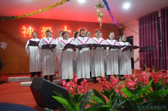 今年是西上庄聚会点建堂后第一个圣诞节,弟兄姐妹们为表达对上帝的感恩,把自己的邻舍、朋友、亲属都带到圣殿,让更多的人透过节日来认识这位独一真神。  上午9:00,圣诞感恩敬拜正式开始,平时只有50人左右聚会的堂内,人数却达到平时人数的三倍之多。冯艳丽老师以《耶稣---翻转人类命运的礼物》为题来分享,让每个人都能看清自己的处境,明白自己真正需要,知道耶稣不仅是西方人的主,更是全人类的主宰,促使每个人正确认识并建立与耶稣基督的关系。  下午是自由感恩赞美时间,弟兄姐妹们或个人、或夫妻、或家庭、或自由结伴,通过赞
